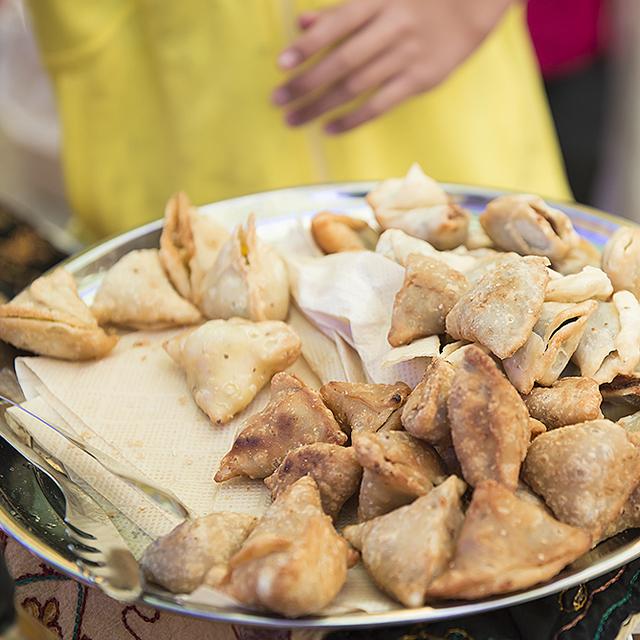 パリワール(カレー、サモサ、タンドリーチキン、焼きそば)